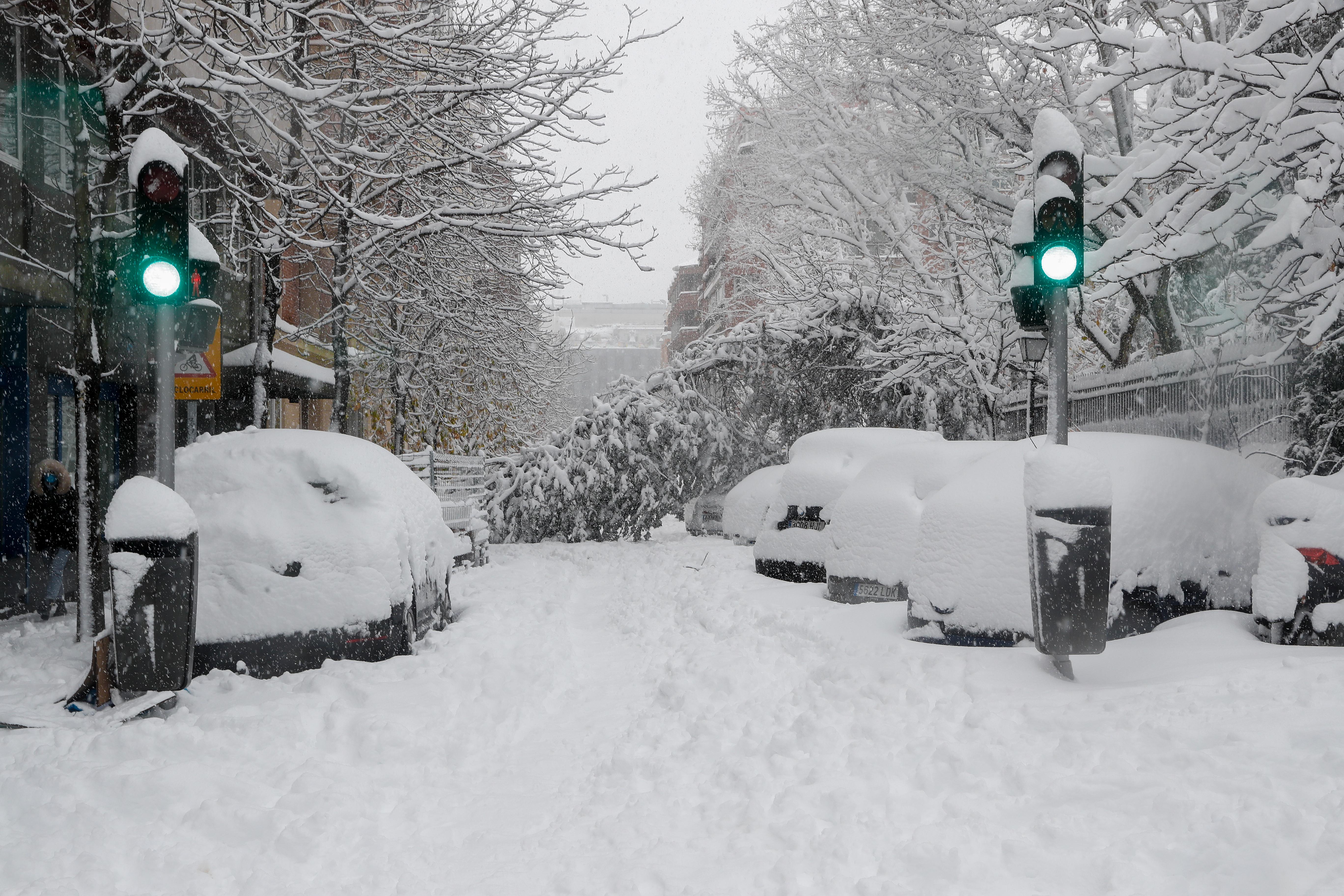 Coches sepultados por la nieve en Madrid