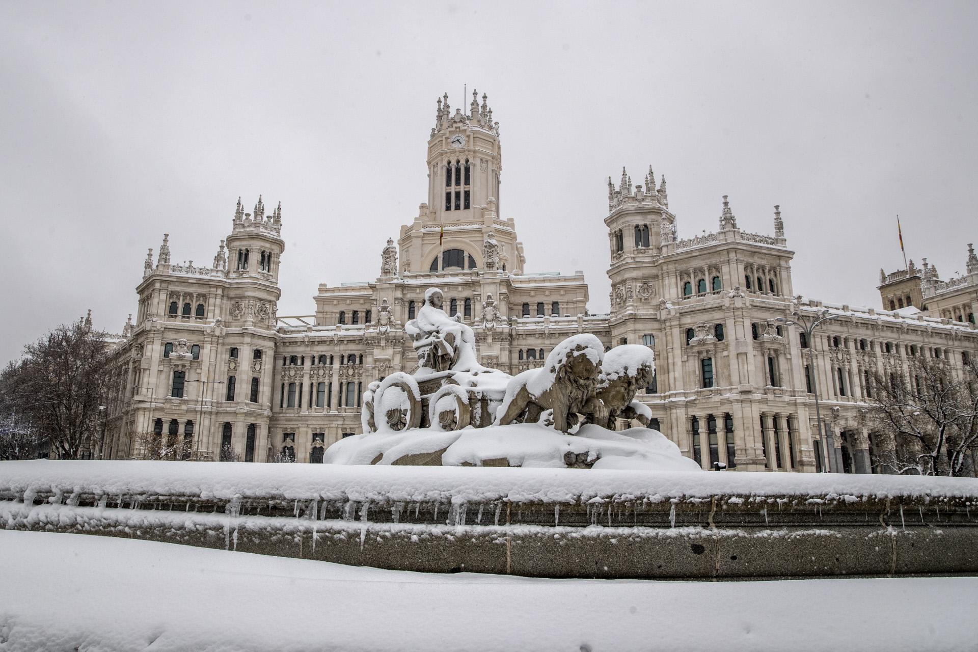 La fuente de la Cibeles (Madrid), congelada y cubierta de nieve / Gtres