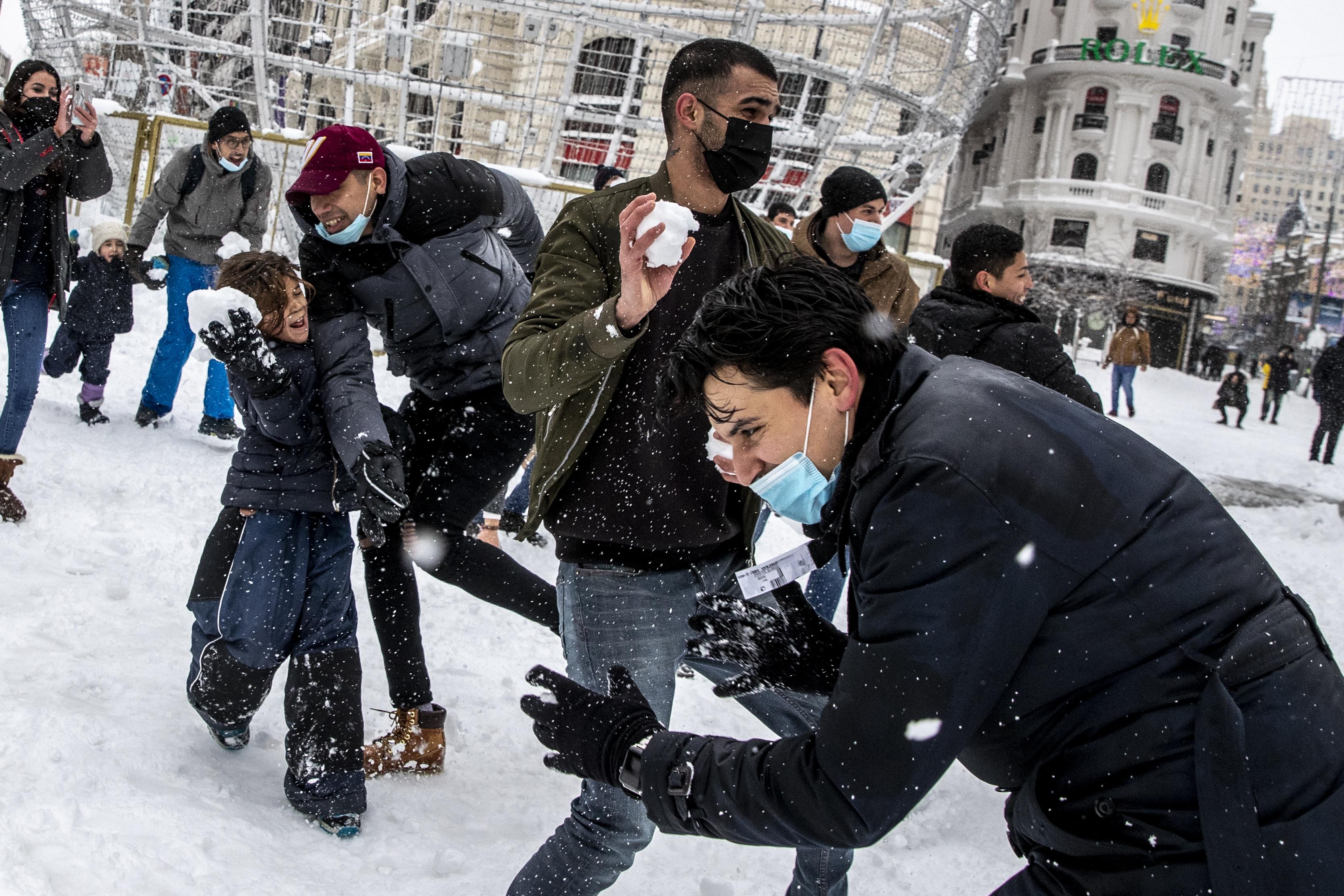 Guerra de bolas de nieve en plena Gran Vía