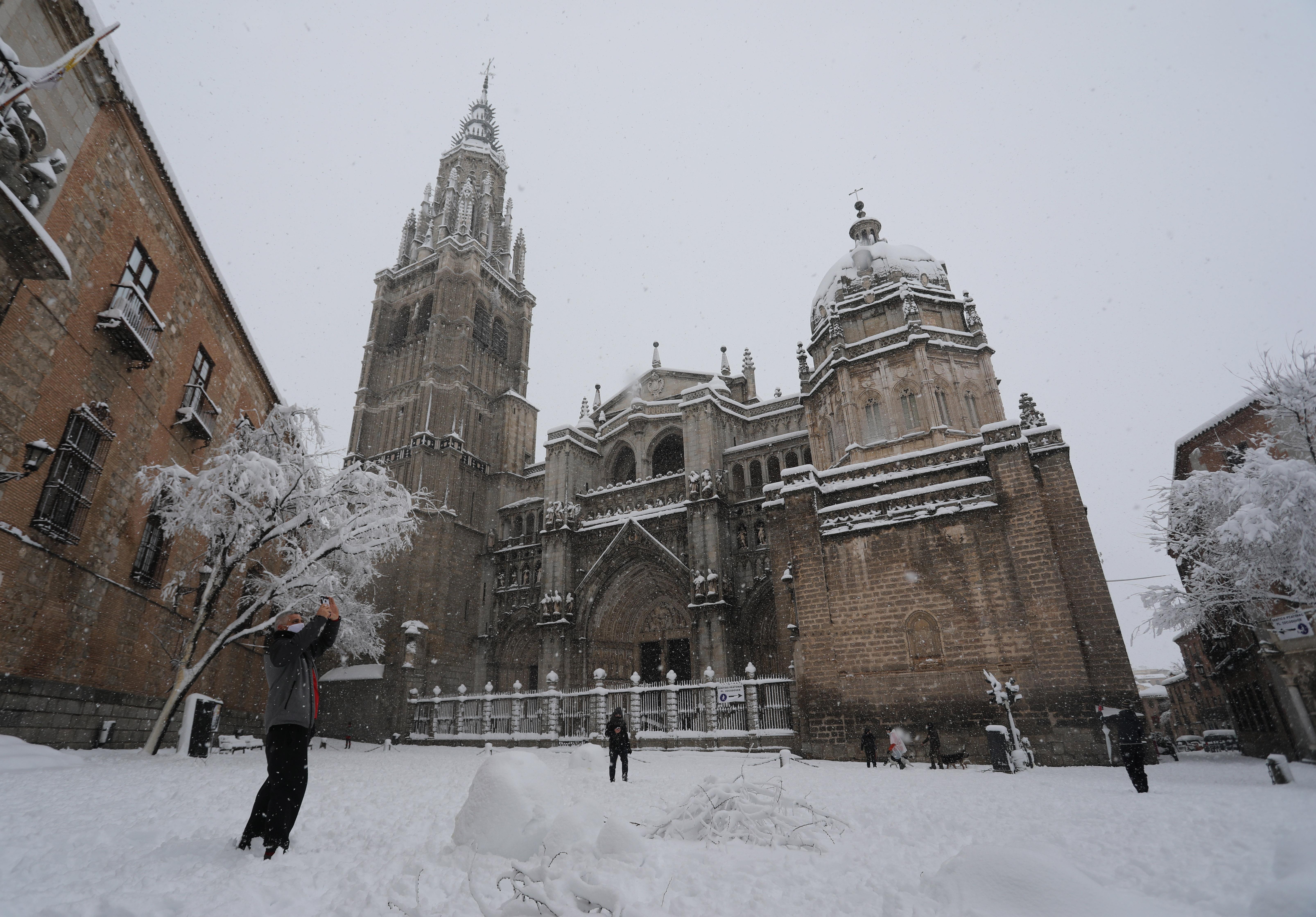 La catedral de Toledo rodeada de nieve