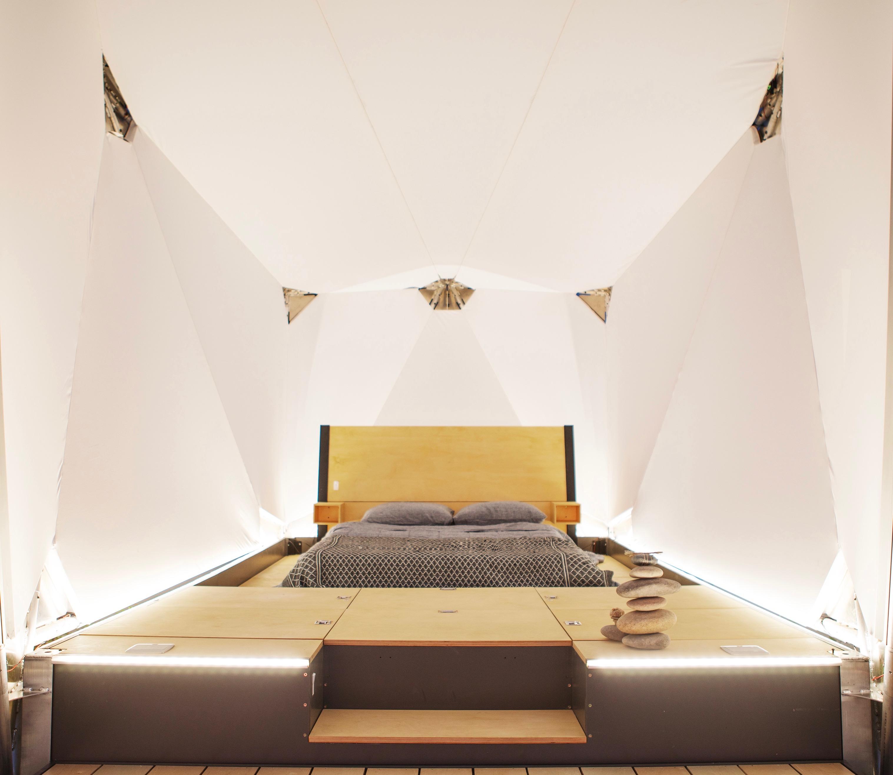 Con cama, mesas plegables, sillas y un escritorio