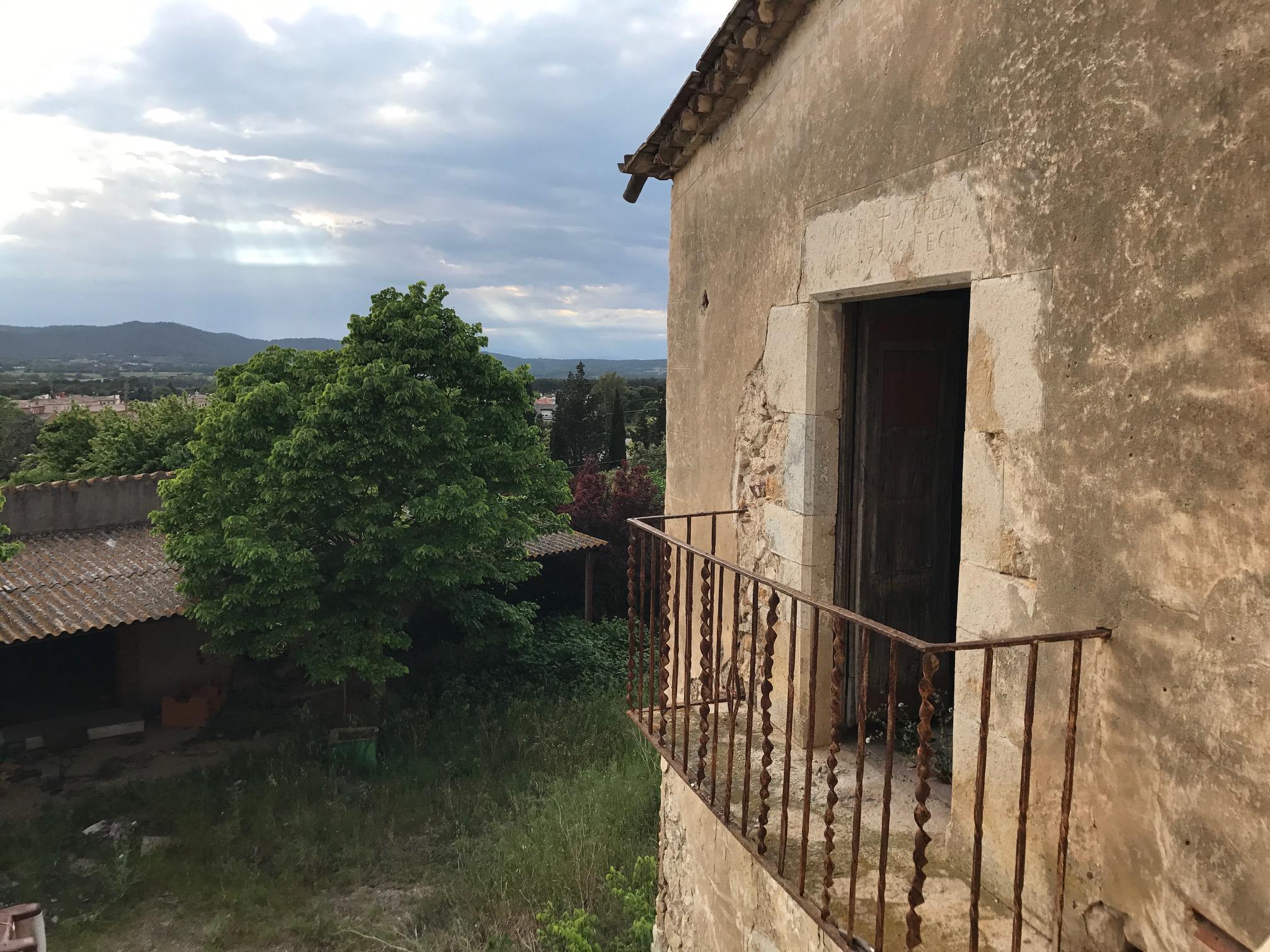 Un balcon de la antigua masía