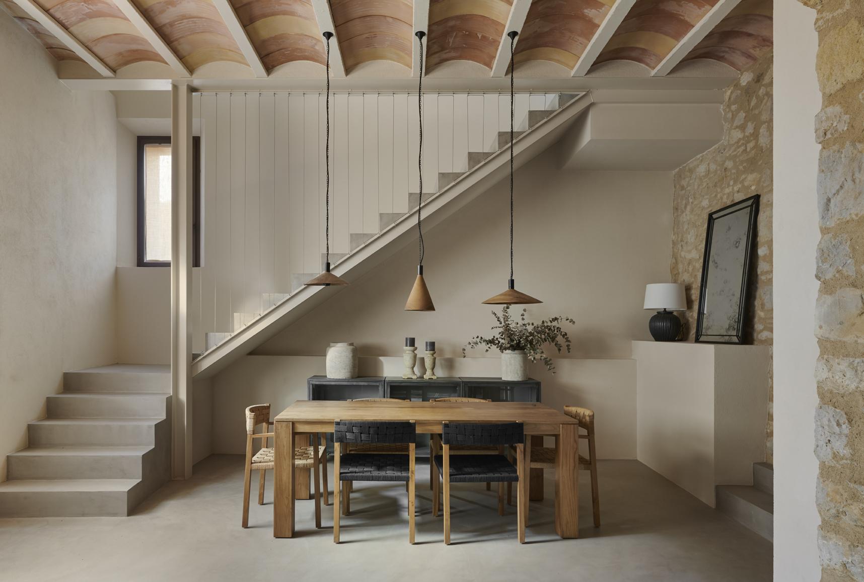 Salón con escalera