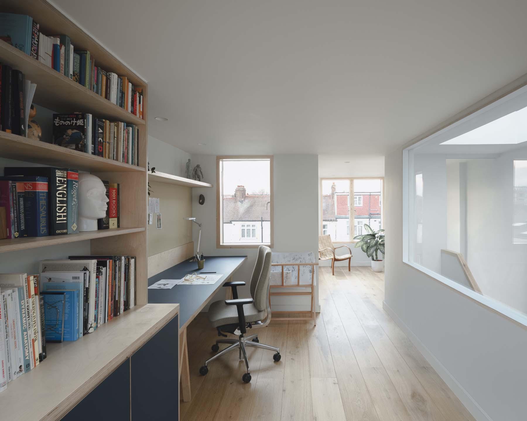 Con escritorio y librería