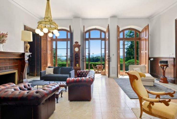 Con muebles vintage y objetivos decorativos dorados