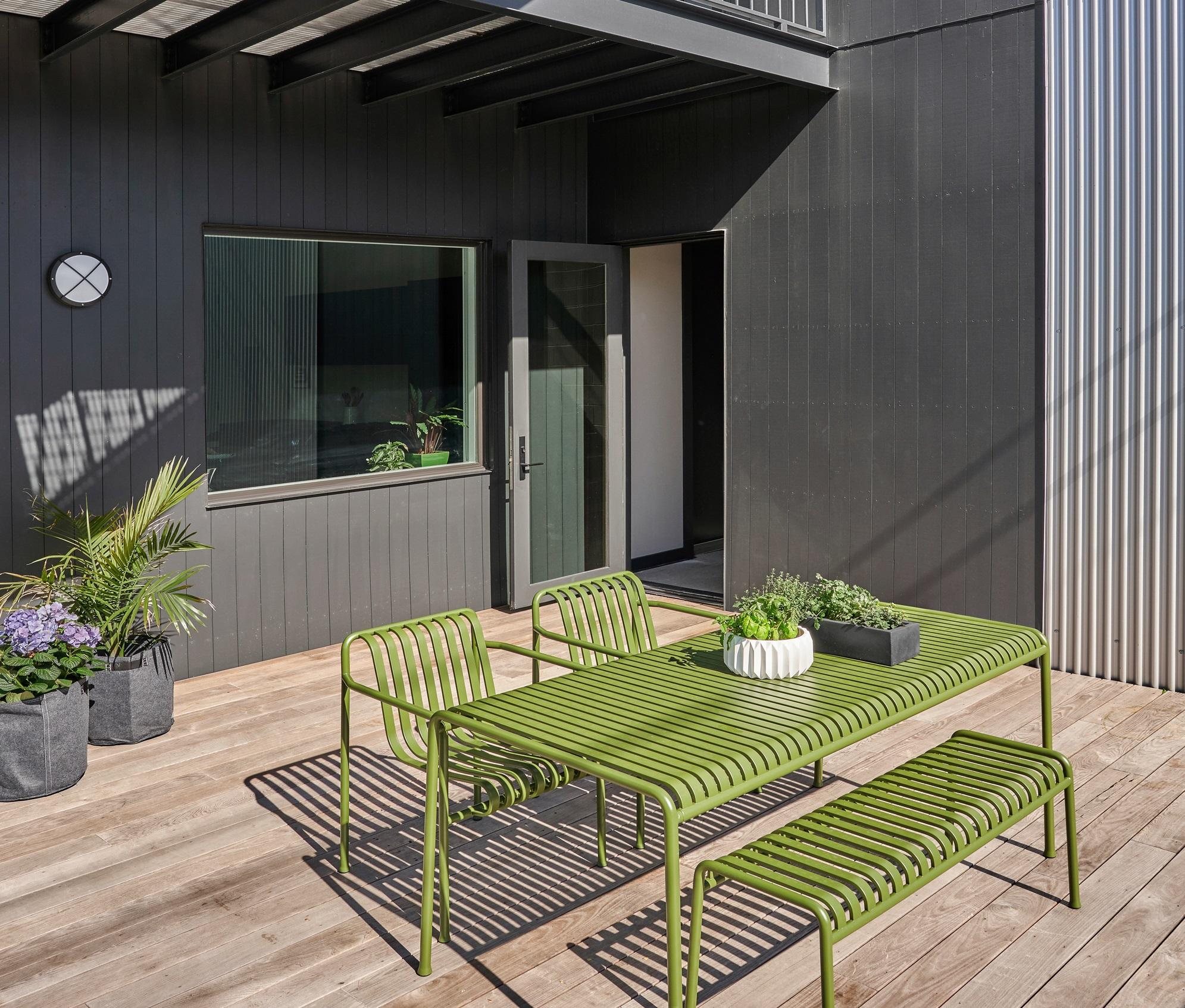 El mobiliario, en verde para contrastar