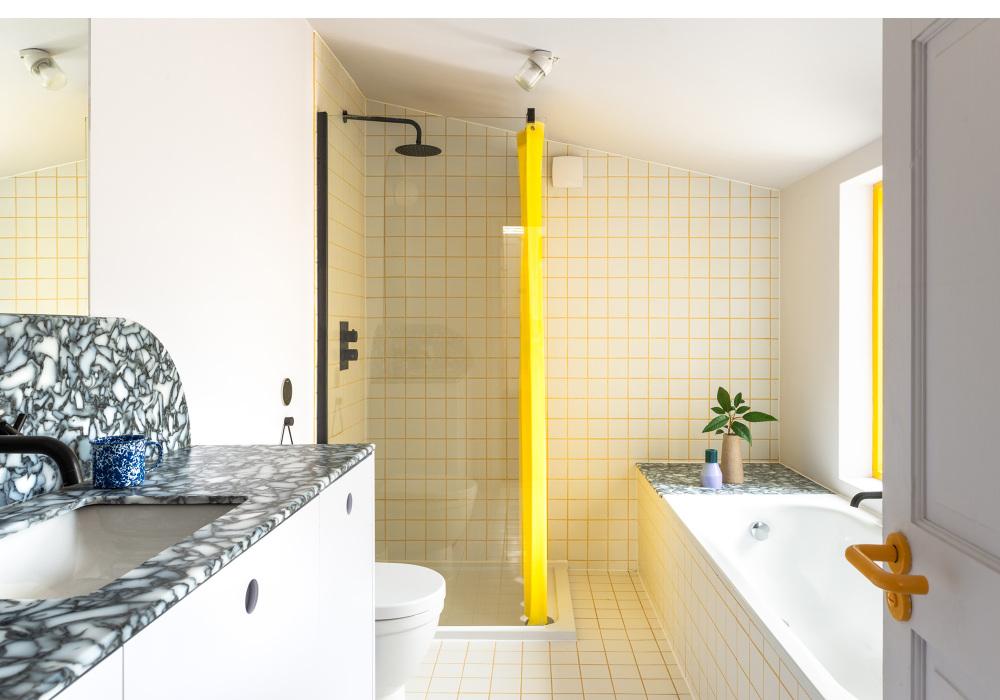 El amarillo como contraste con el blanco y el mármol