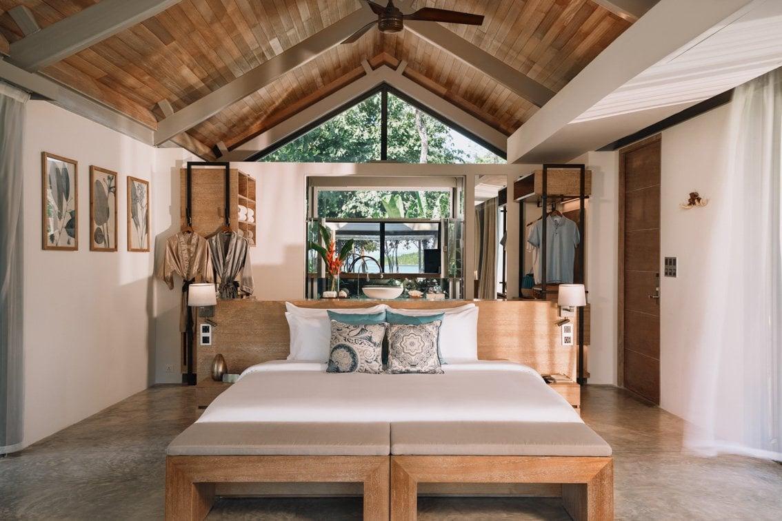 La cama, grande y en el centro de la estancia