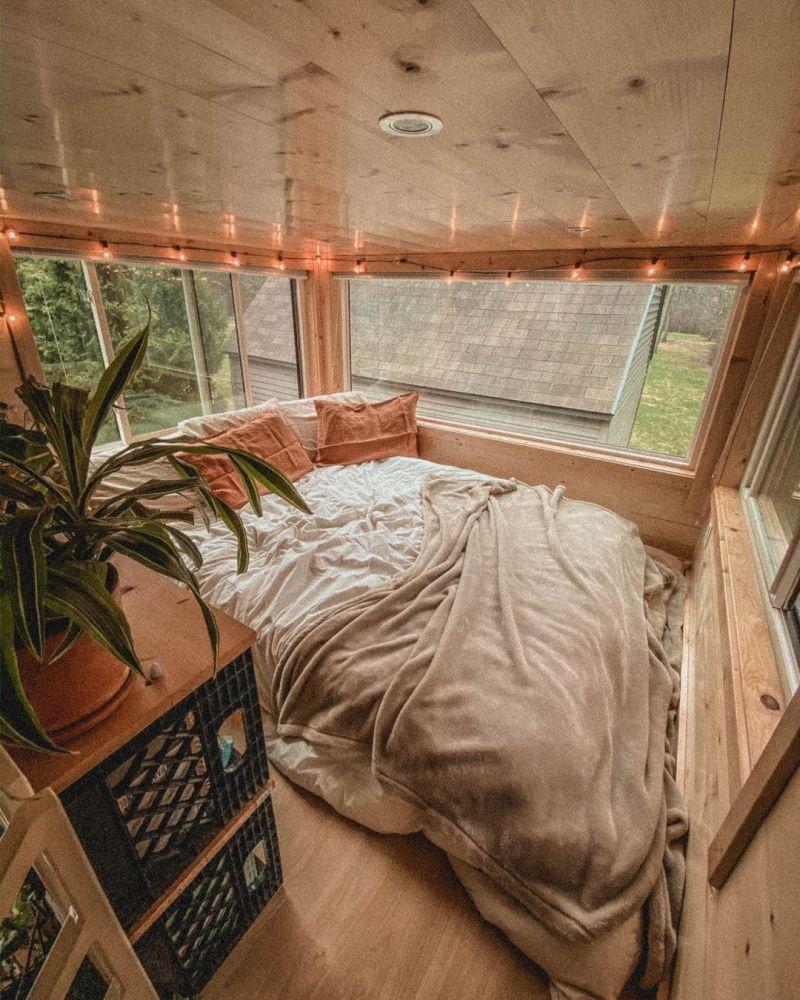 Una gran cama rodeada de ventanas