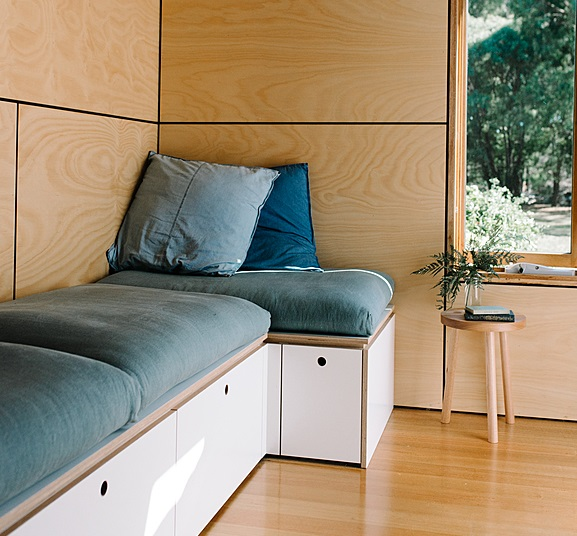 Un sofá con almacenaje