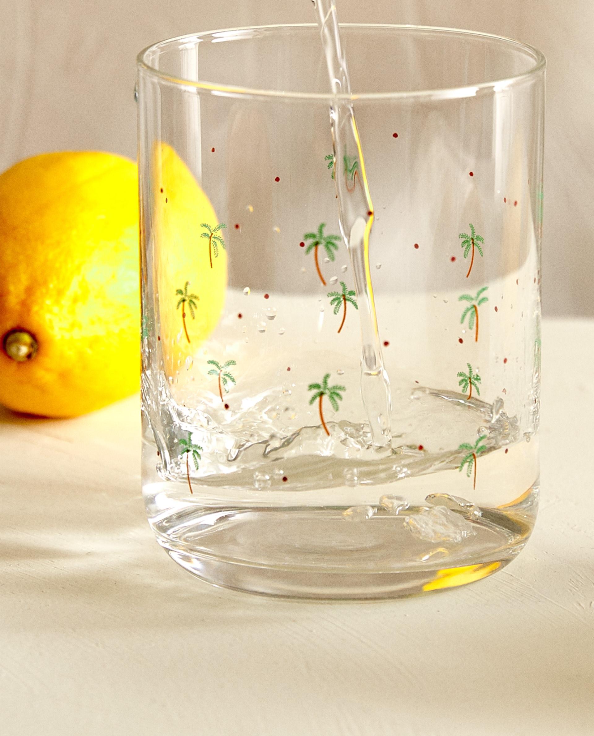 Vasos de vidrio con dibujos de palmeras de Zara Home (3,99 cada unidad) / Zara Home