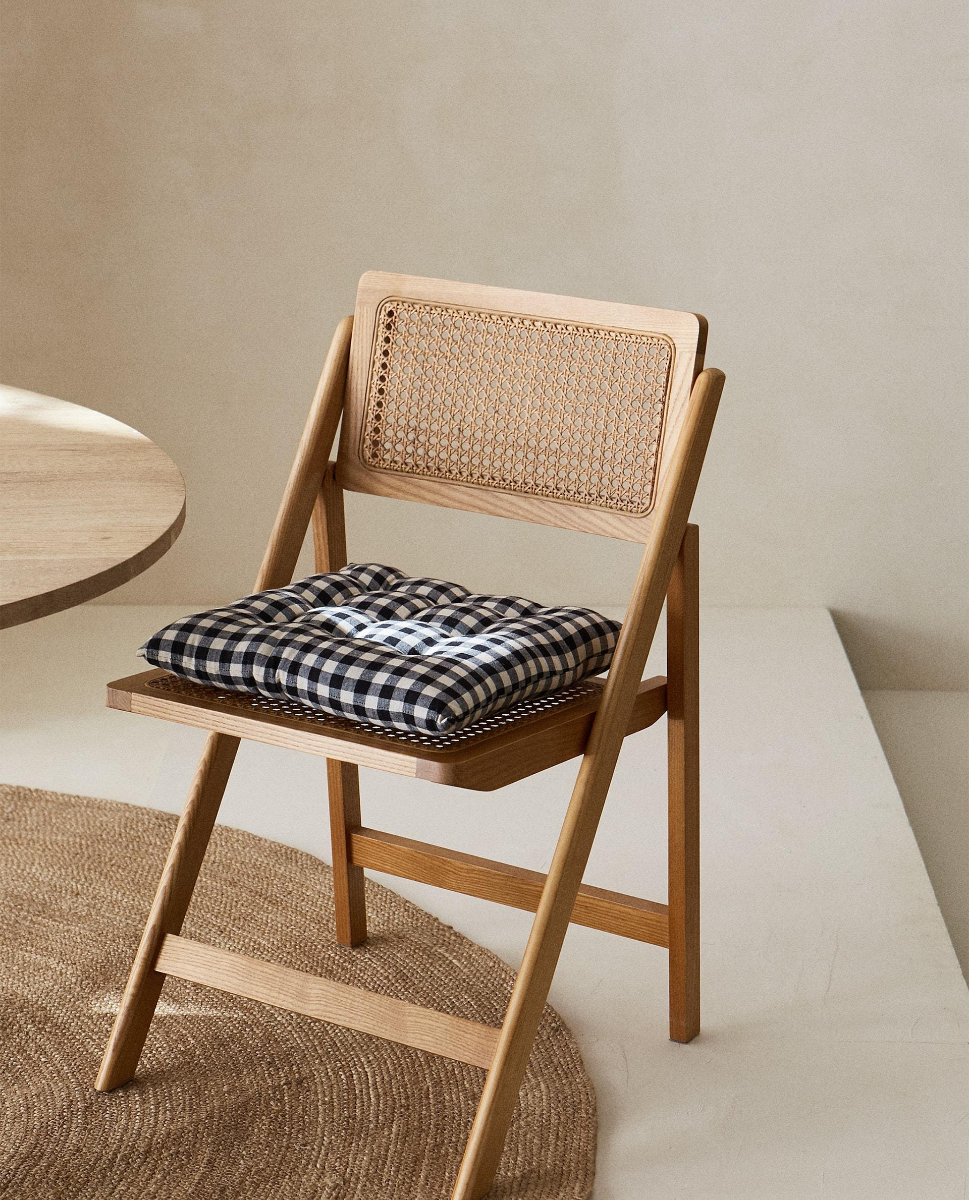 Cojín relleno para silla con diseño de cuadros en blanco y negro de Zara Home (12,99 euros) / Zara Home
