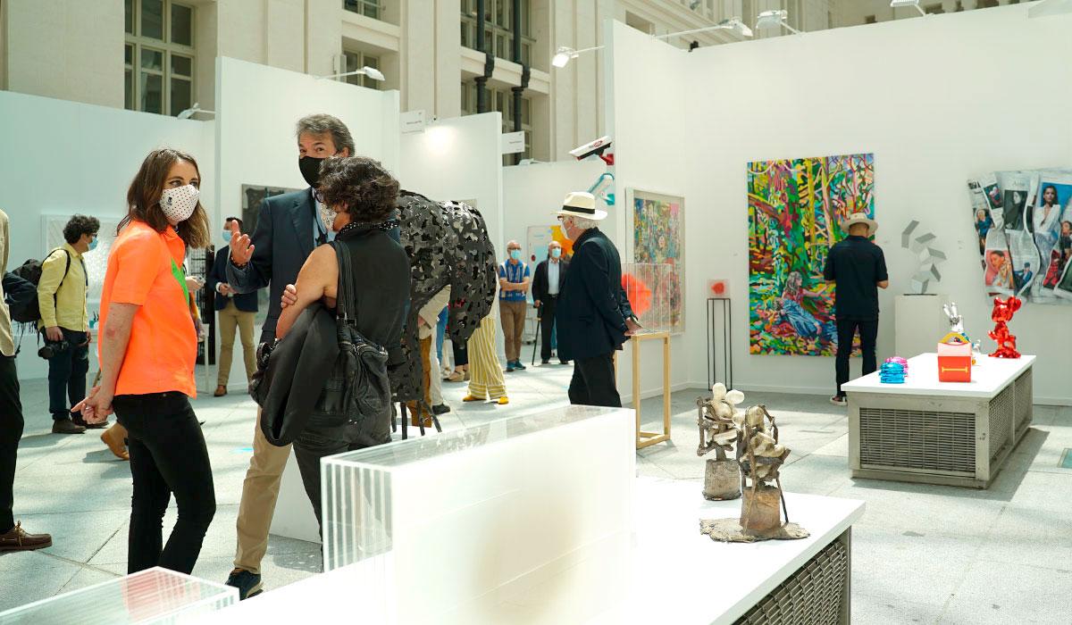 Andrea Levy visitando el stand de una de las galerías