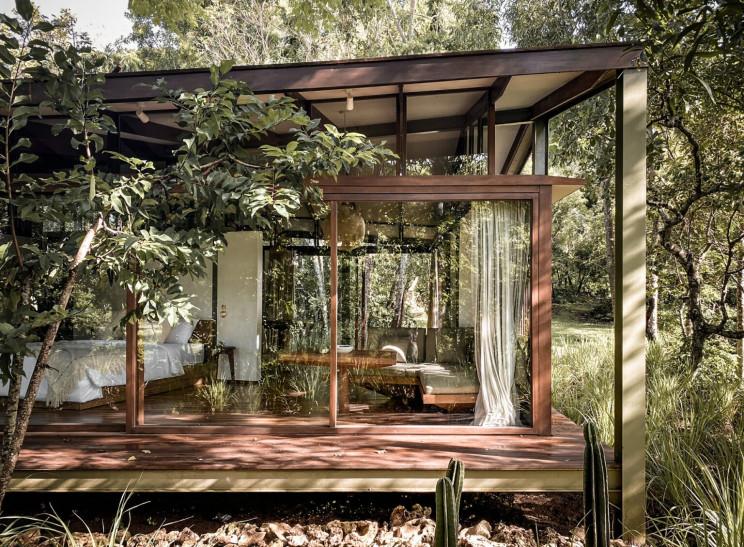 Una casa prefabricada construida con cartones reciclados