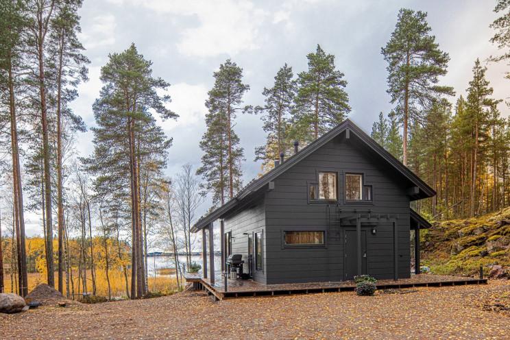 Una cabaña prefabricada con sauna y jacuzzi en Finlandia