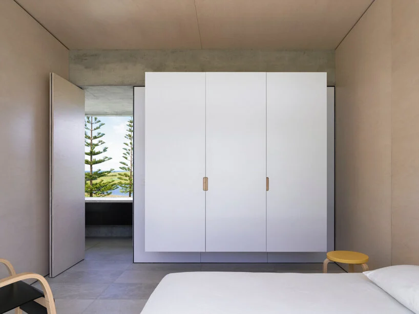 Un gran armario completa la estancia