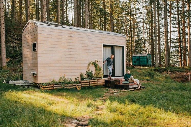 Una pequeña cabaña prefabricada de madera portátil
