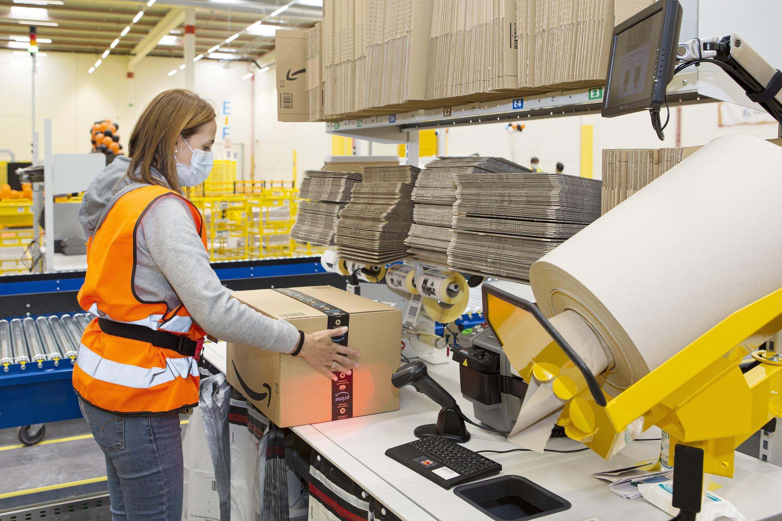 Trabajadores de Amazon en el centro logístico