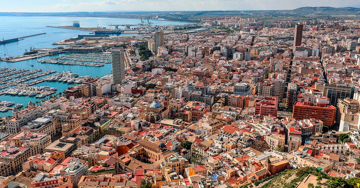 Vista de la ciudad de Alicante. En la provincia se encuentra uno de los mayores stocks de obra nueva sin vender / Freepik