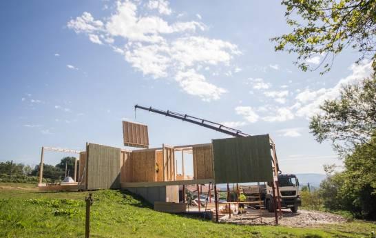 Construyendo una de las casas / Addomo