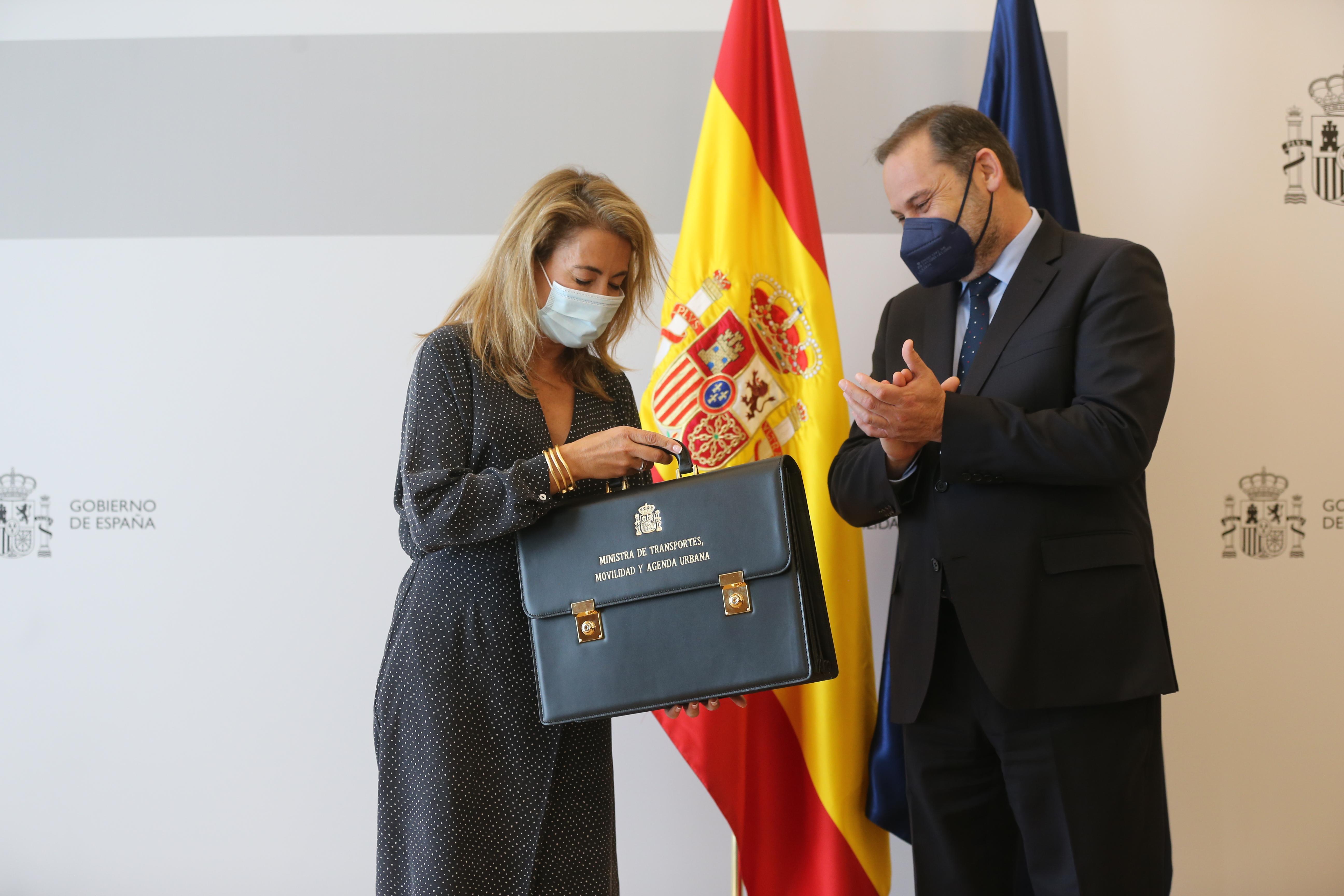La nueva ministra de Transportes, Movilidad y Agenda Urbana, Raquel Sánchez, recibe la cartera ministerial de su predecesor, Jos / Europa Press