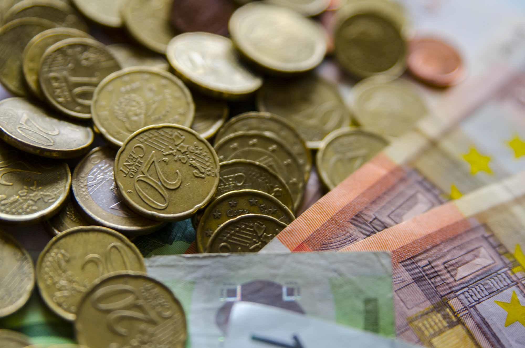 Archivo - Monedas y billetes de euro.