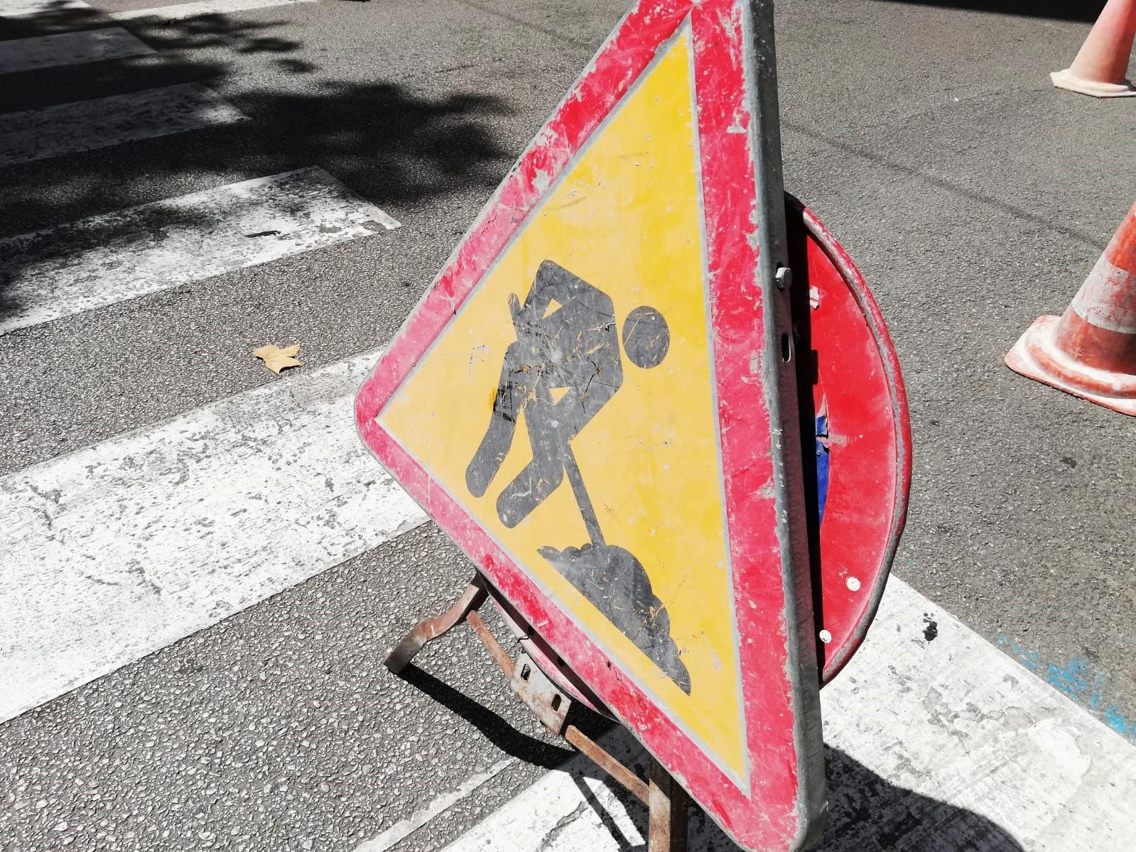 Archivo - Una señal de tráfico advirtiendo de la presencia de una obra