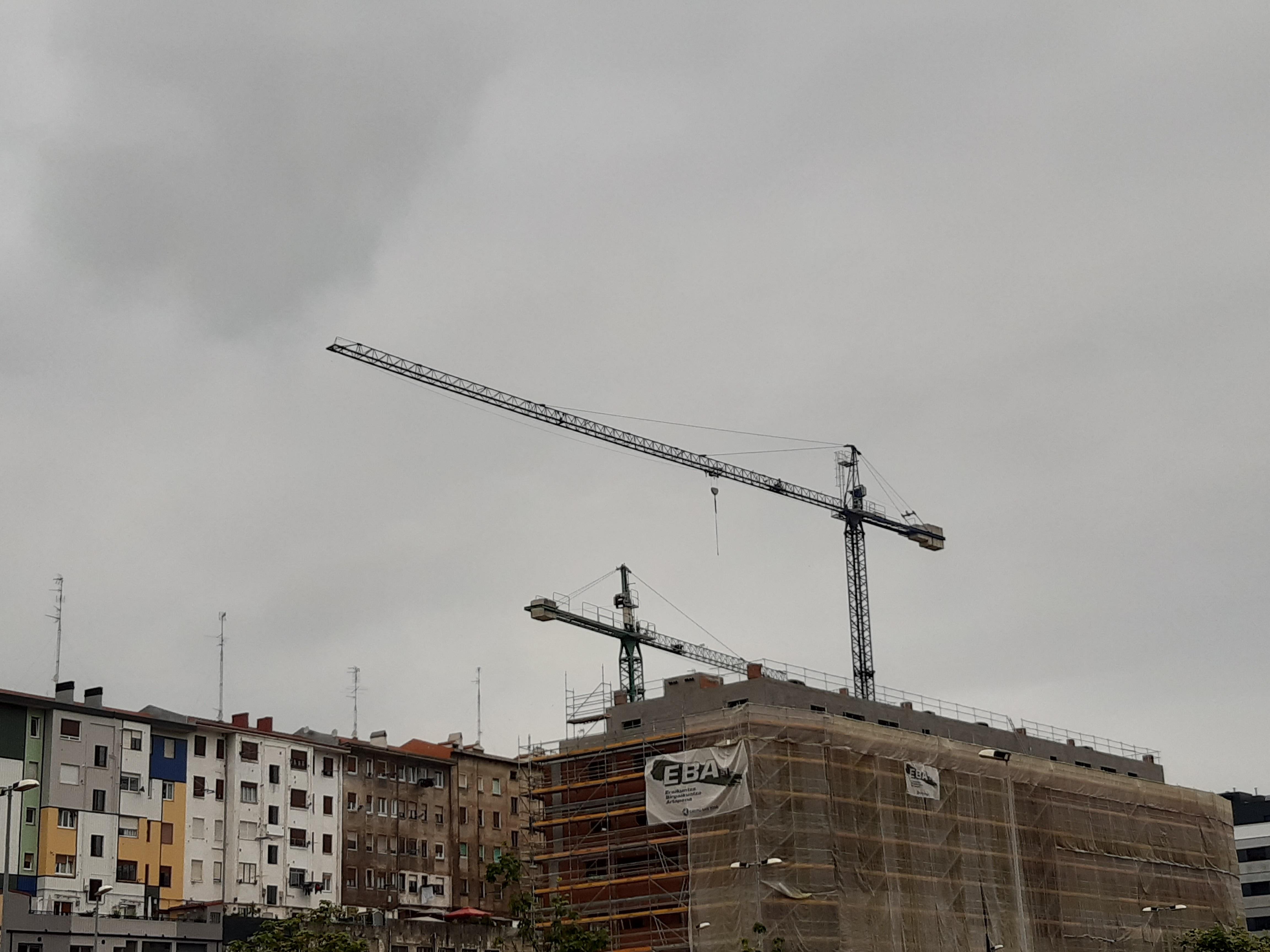Obras de construcción de un bloque de viviendas.