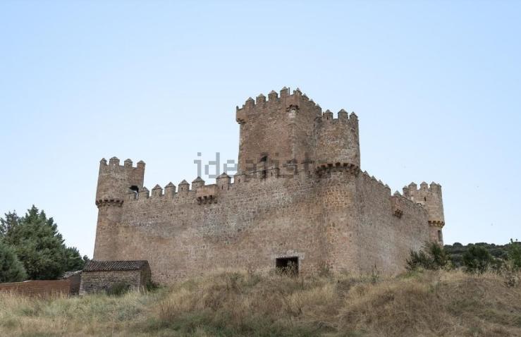 Cuatro almenas guardan la fortaleza