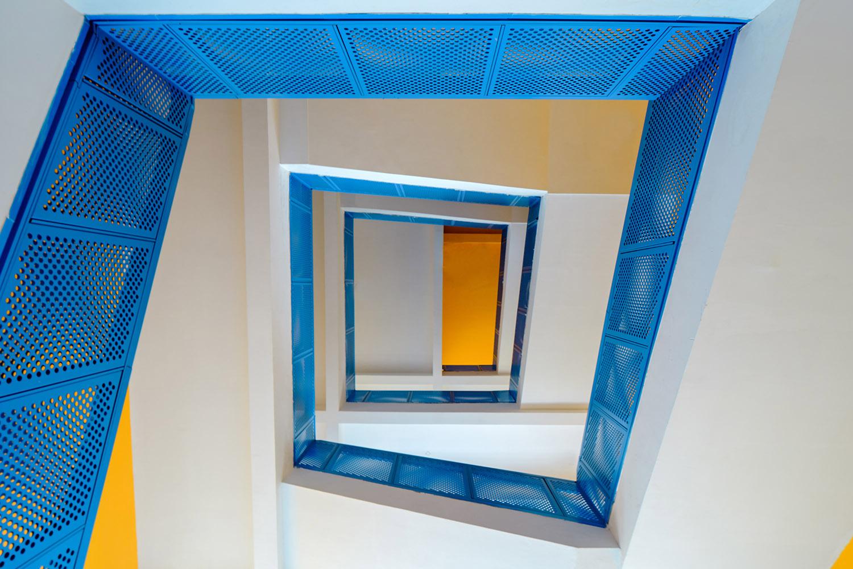 El azul y el amarillo marcan el diseño interior y exterior