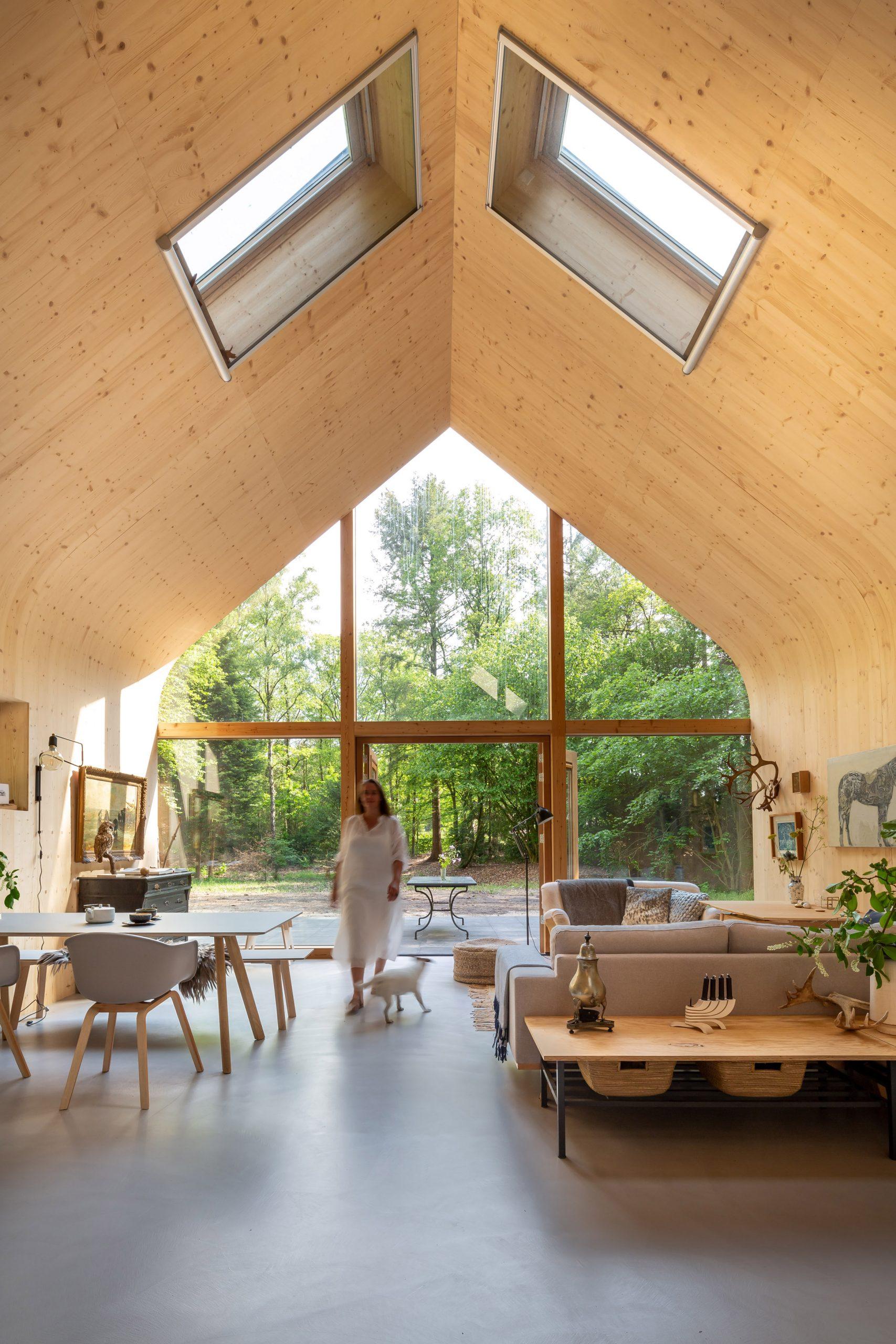 El techo, a dos aguas y con tragaluces