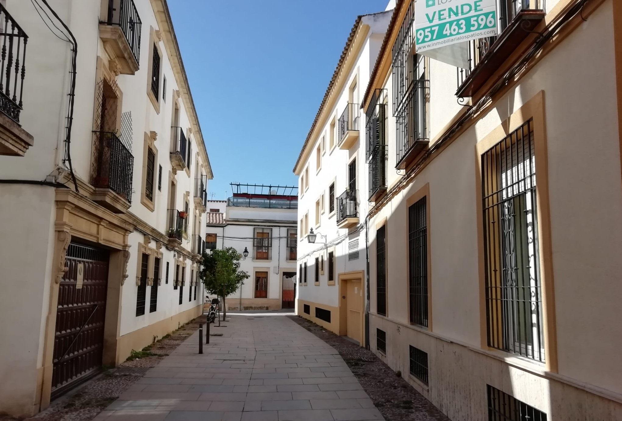 Archivo - Una vivienda de segunda mano en venta en una calle del casco histórico de Córdoba.