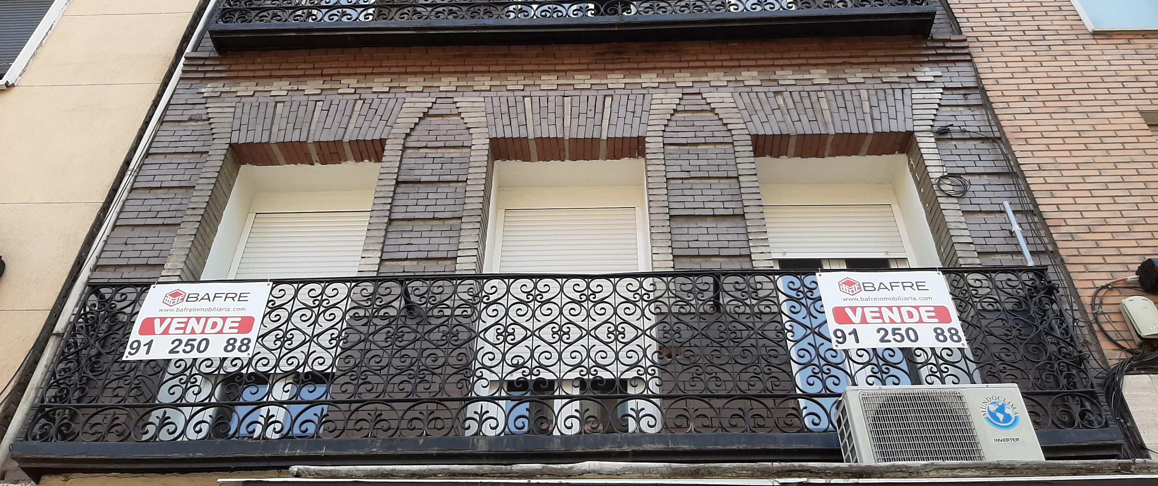 Archivo - Cartel de 'se vende' en el balcón de un piso de un edificio de Madrid, en una imagen de archivo.