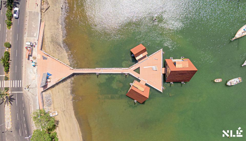 Se accede a través de una pasarela sobre el agua