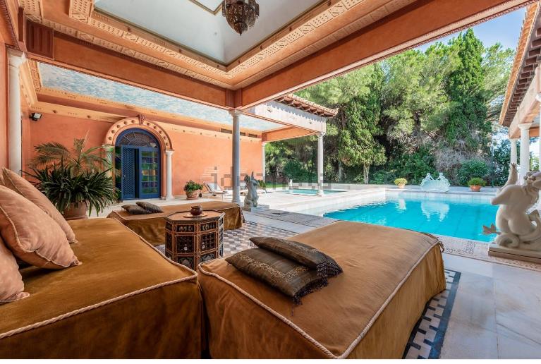 Hay varias piscinas, incluida una interior