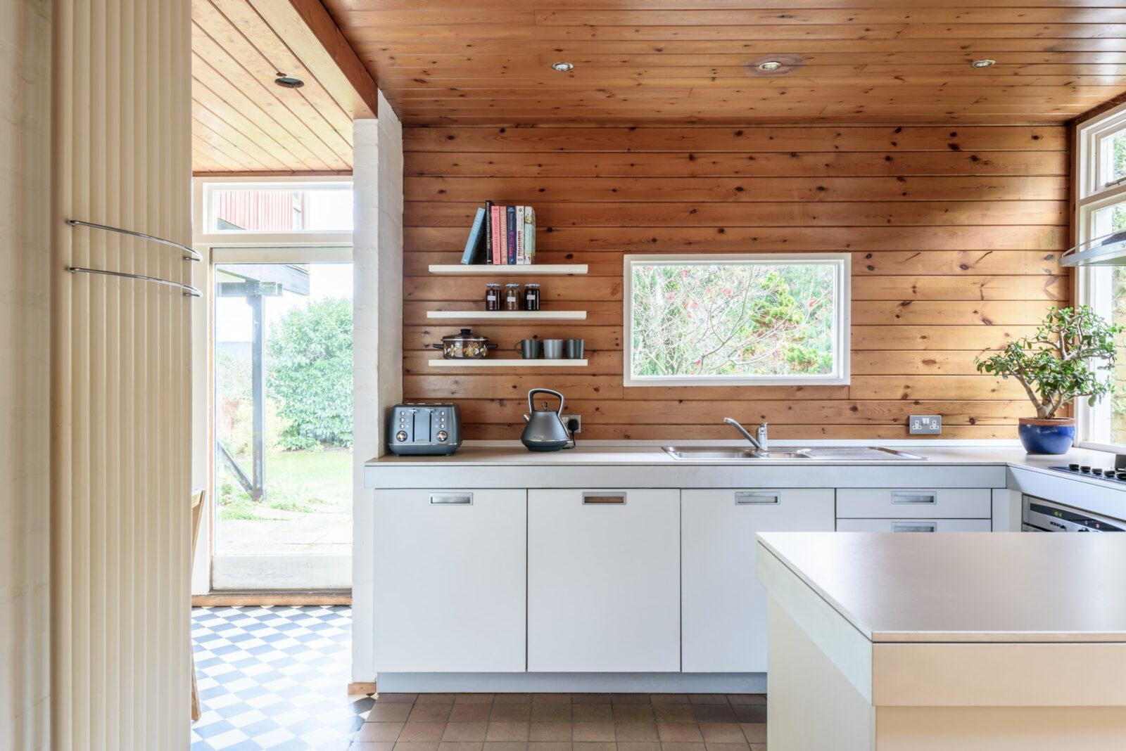 Combina el blanco y la madera