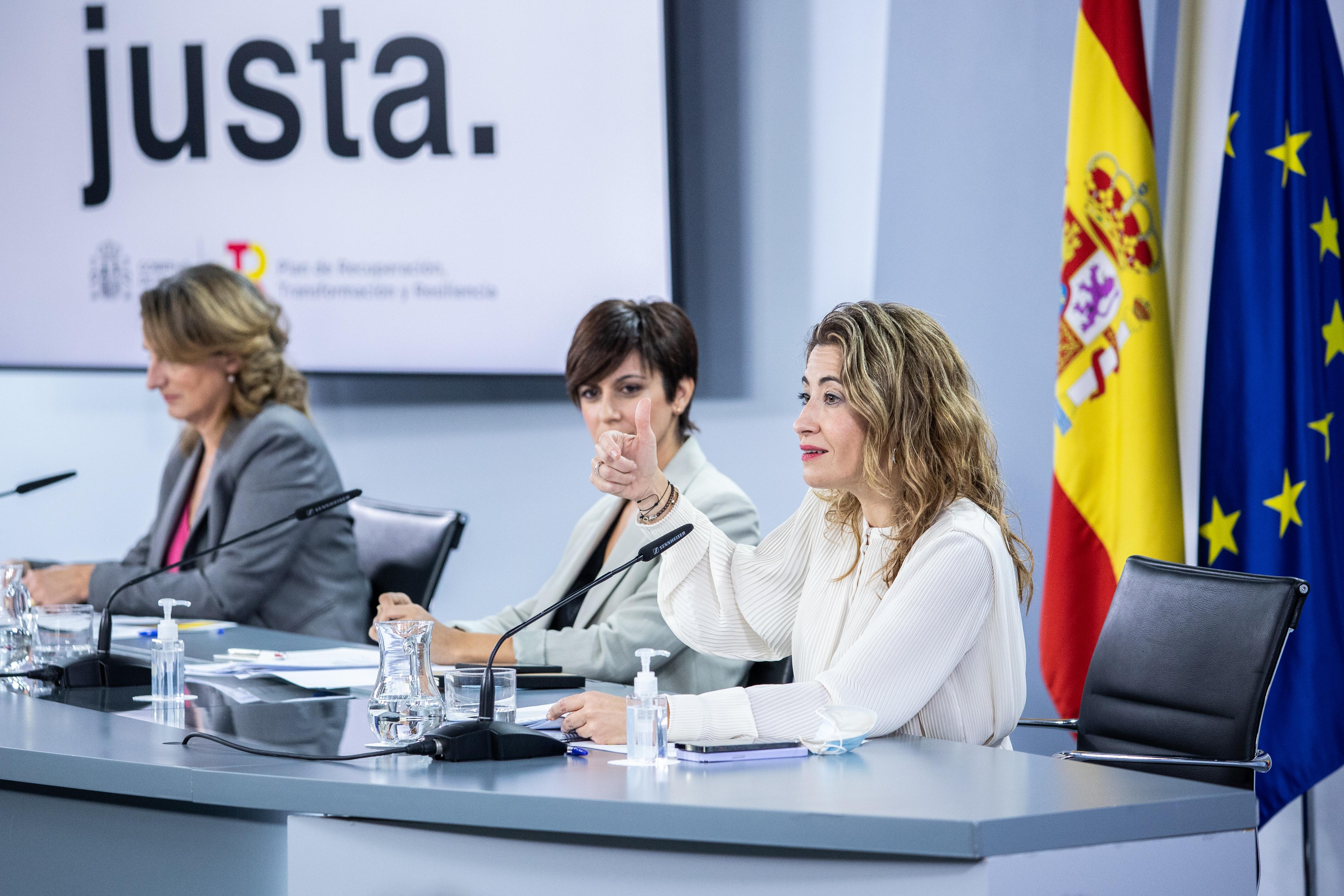 La ministra de Transportes, Movilidad y Agenda Urbana, Raquel Sánchez (dcha) / EUROPA PRESS/A.MARTÍNEZ