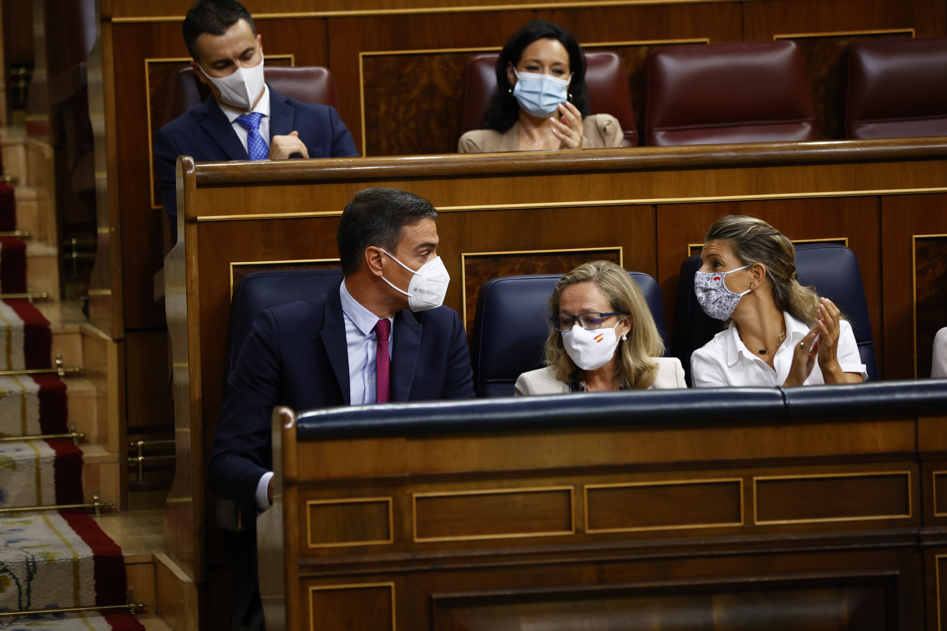 El presidente del Gobierno, Pedro Sánchez, habla con la ministra de Trabajo y líder de Podemos, Yolanda Díaz / Gtres