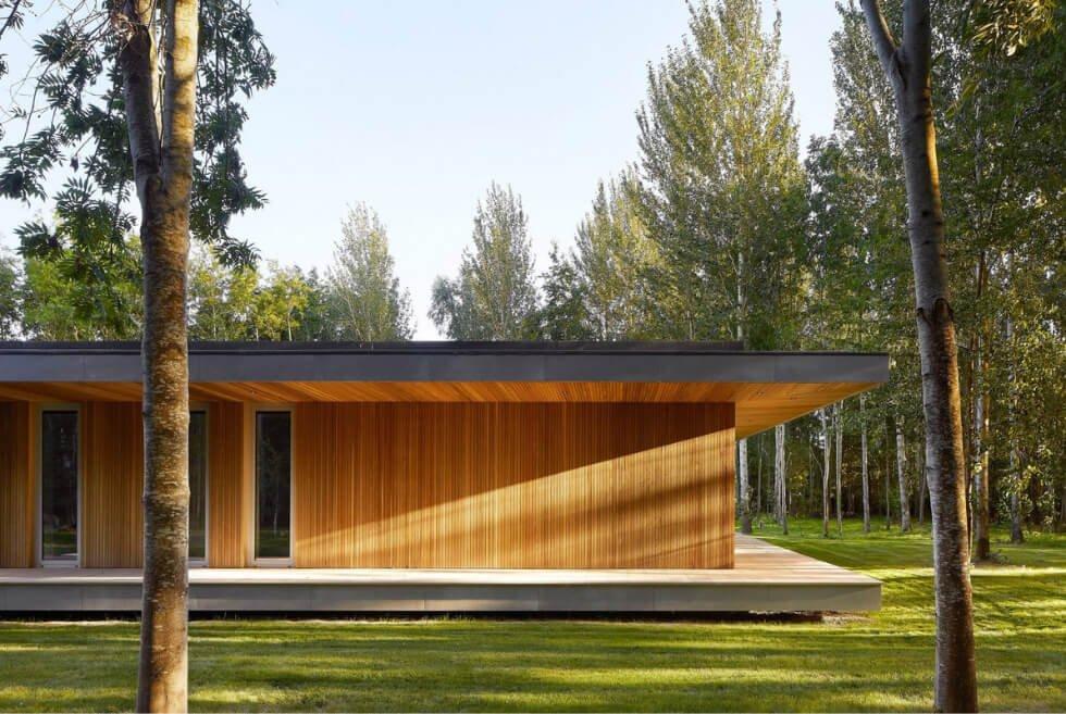 Es una casa de madera de diseño