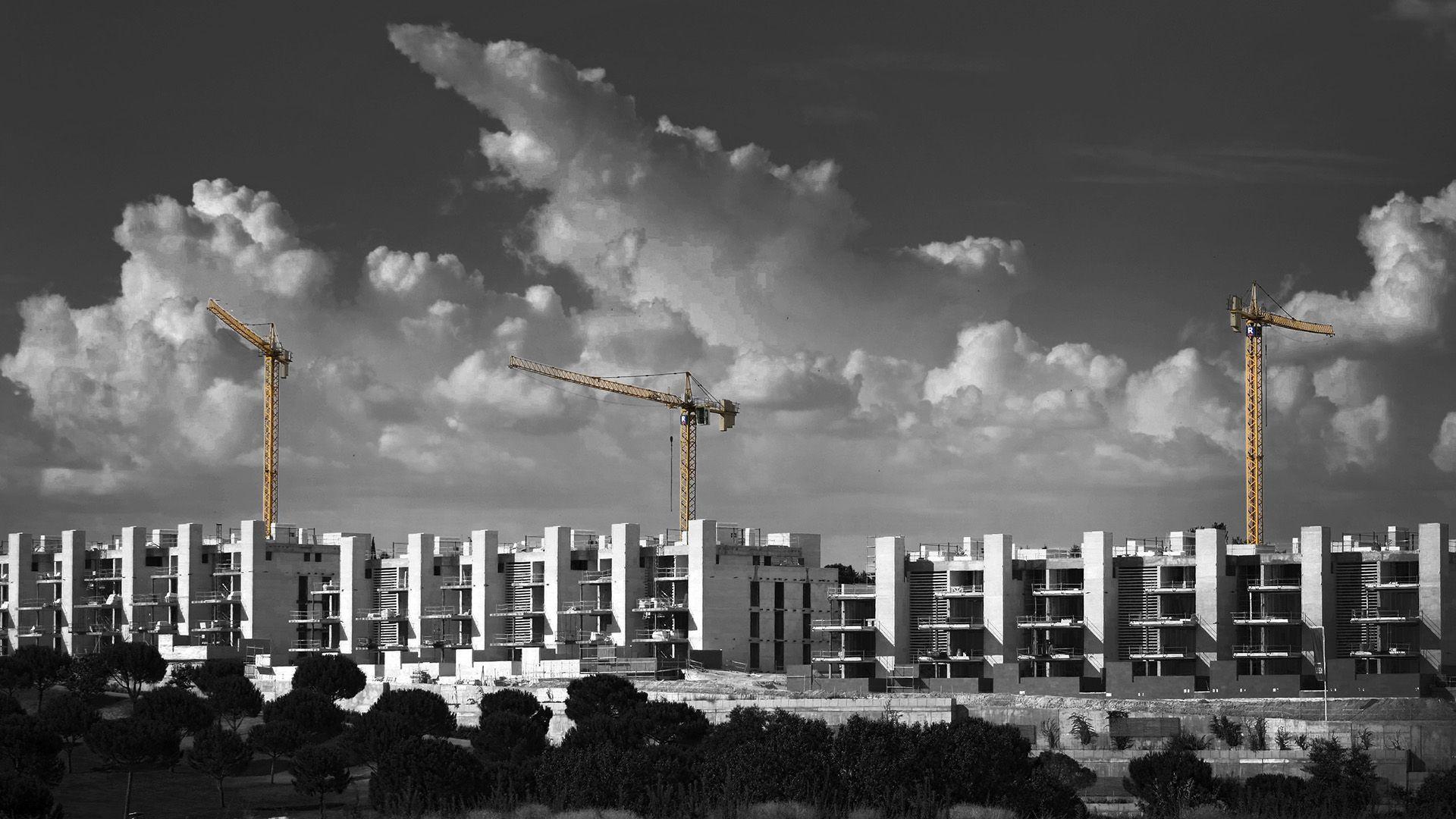Paisaje de edificios con grúas de construcción