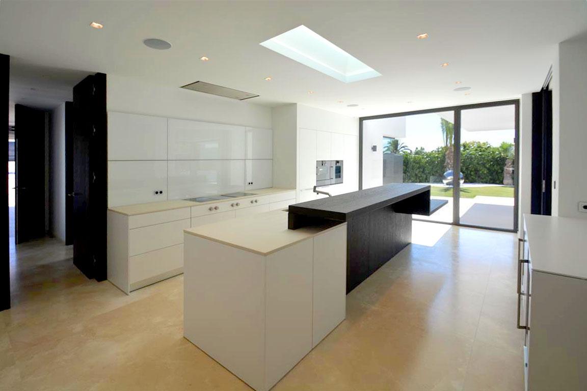 10 cocinas modernas con estilo en casas a la venta for Casas modernas idealista