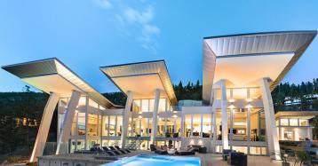 Una mansión ultramoderna sacada del espacio en medio de viñedos y un lago
