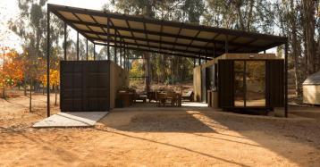 Una vivienda con terraza hecha con dos viejos contenedores de transporte