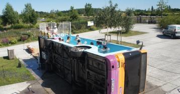 Lapiscina urbana delveranoenun viejo autobús al norte de Francia