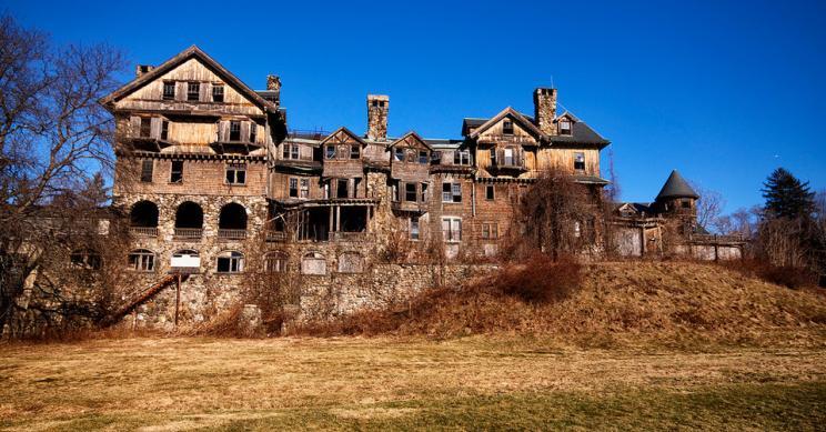 Este edificio en ruinas fue una lujosa universidad femenina hace un siglo