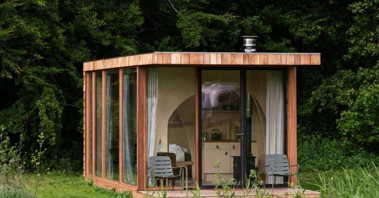 Una cabaña prefabricada de madera diseñada para vivir en el campo