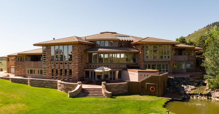 Una mansión con una piscina en medio del recibidor