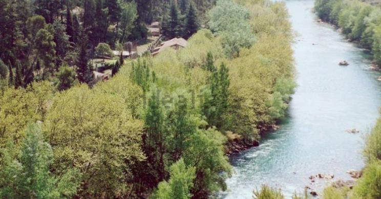 A la venta un bucólico pueblo rural con 7 casas, piscina y tenis en Lleida por 990.000 euros