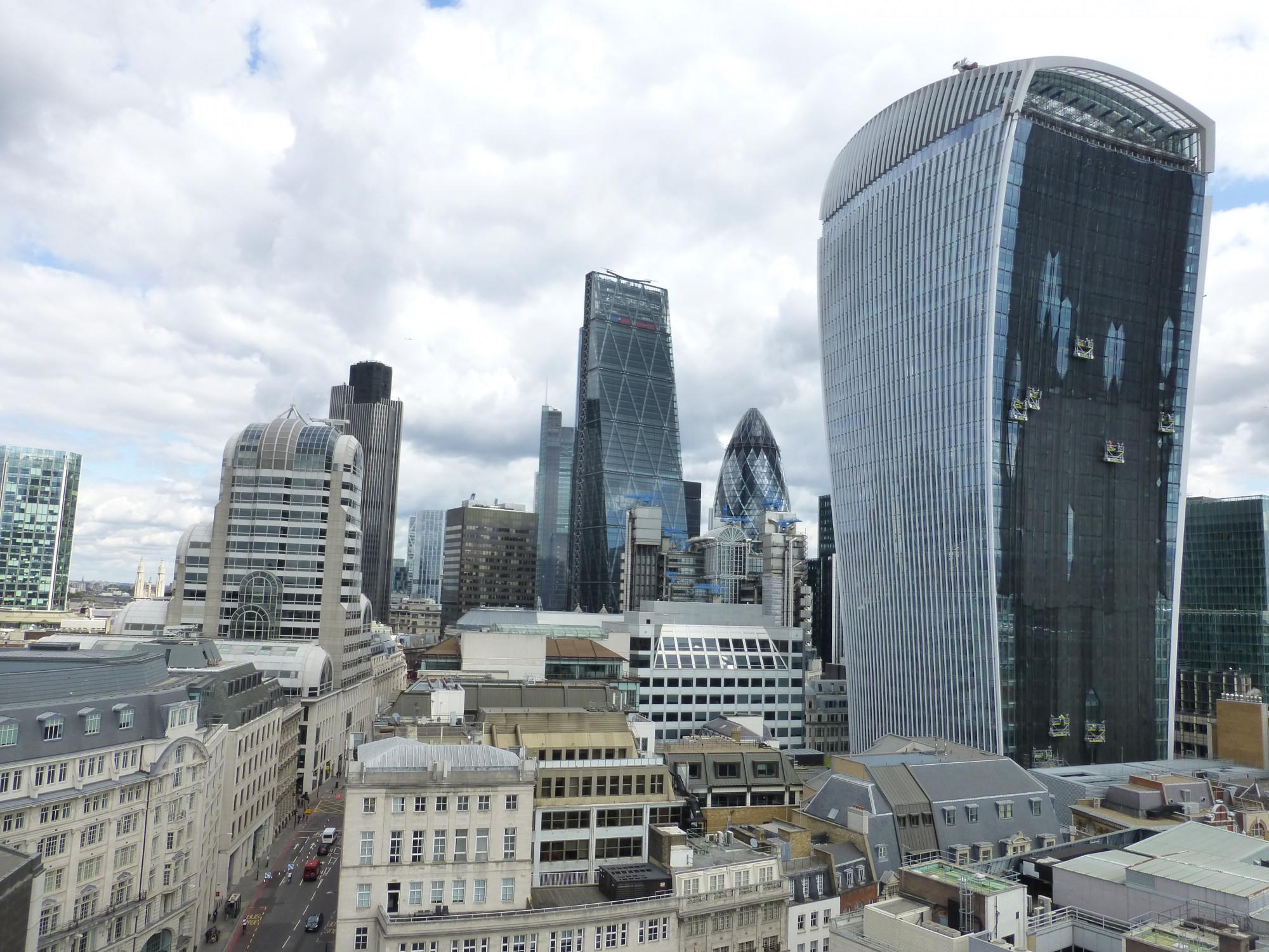 f5a55e0b7213 Este edificio es un peligro  rascacielos que achicharran coches y otros  despropósitos inmobiliarios — idealista news