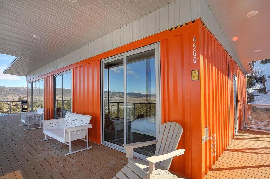 Una cómoda casa en un antiguo contenedor marítimo aislada en las montañas